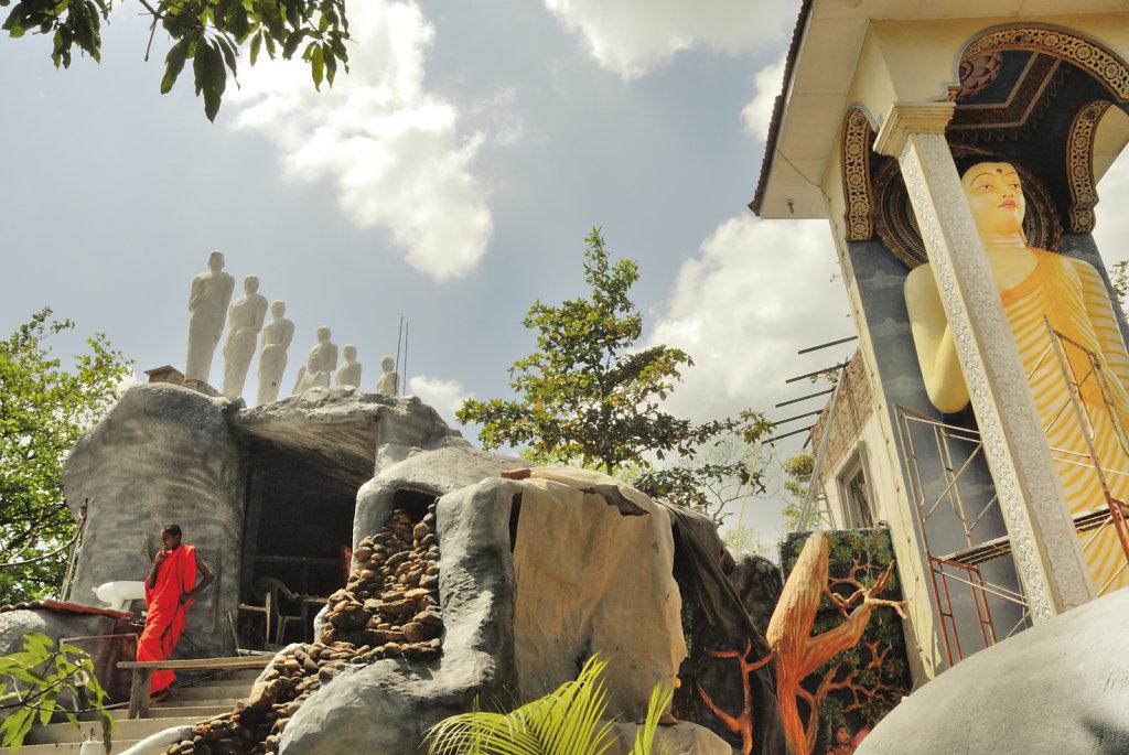 Statues et moines